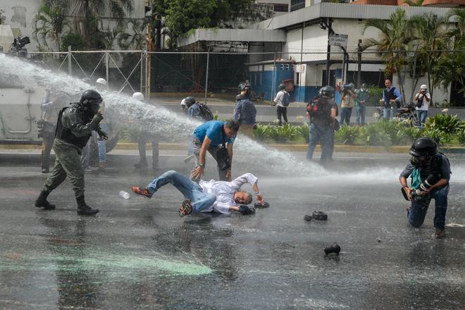 Represión a marcha de salud este #22May / AFP PHOTO / LUIS ROBAYO