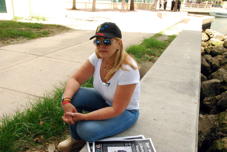 """La actriz venezolana Carolina Perpetuo, de 54 años, espera un mitin en Miami el 20 de mayo de 2017 para apoyar a los manifestantes venezolanos en su país de origen. Perpetuo, una activista contra el gobierno venezolano, abandonó su país en 2004 y vive como muchos inmigrantes venezolanos en el barrio El Doral de Miami. Miles de venezolanos han abandonado su país para escapar de las dificultades y la violencia de su crisis económica y política. De Brasil a Estados Unidos a Europa, aquí hay cinco caras y voces de estos venezolanos que se han exiliado en los últimos dos años. / AFP PHOTO / Jose CARUCI / VAN CON LA HISTORIA AFP """"Los venezolanos en el exilio: cinco caras de la crisis"""""""
