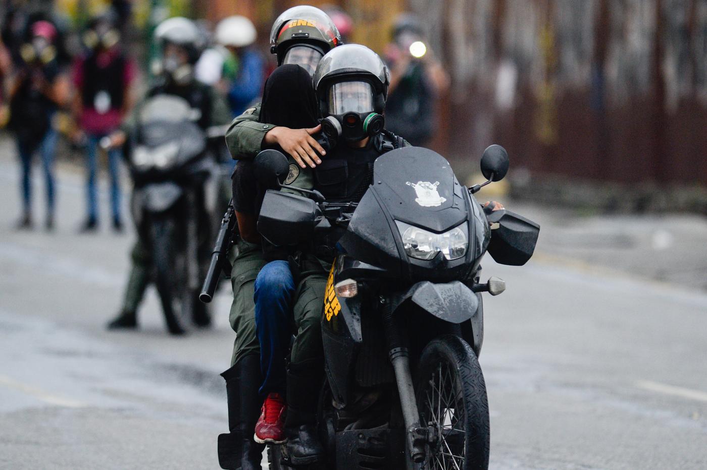 Detenido en manifestación contra Nicolás Maduo / AFP PHOTO / Federico PARRA