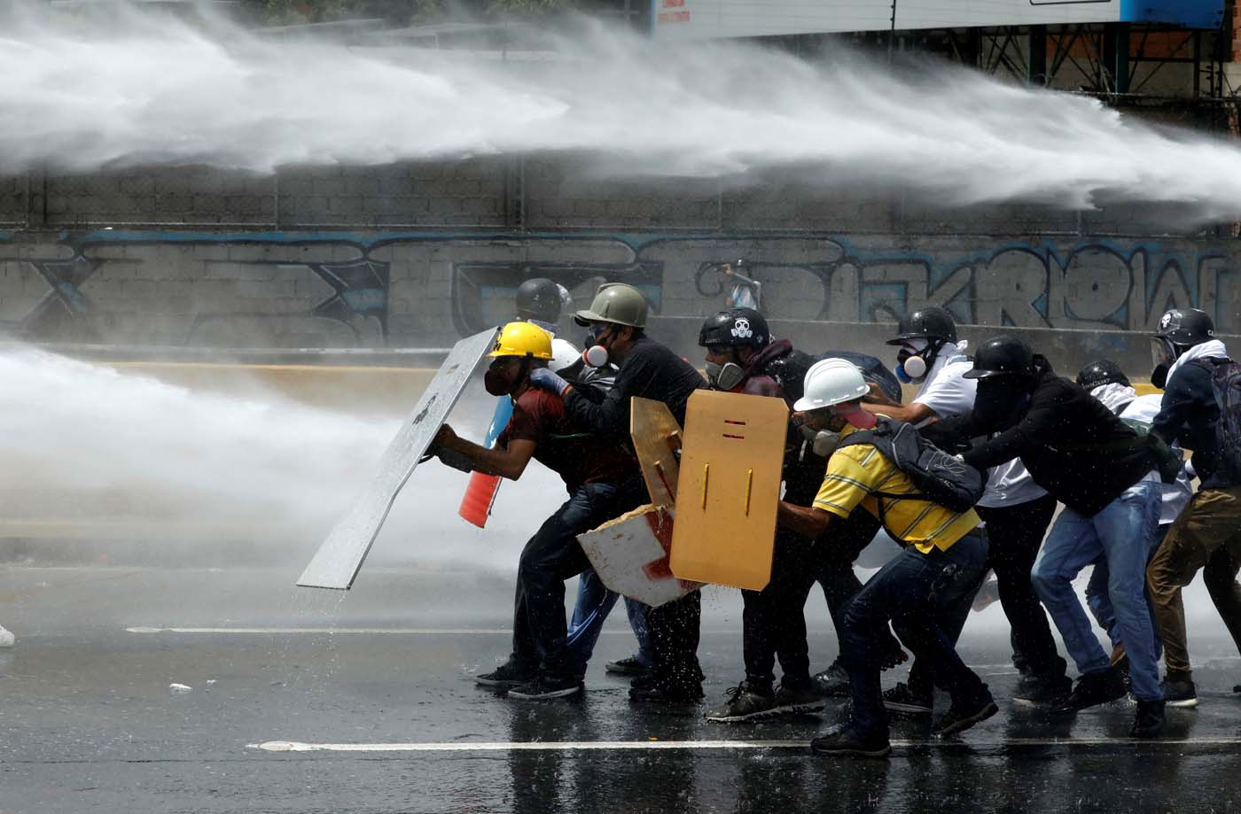 Demonstrators clash with riot security forces while rallying against Venezuela's President Nicolas Maduro in Caracas, Venezuela, May 31, 2017. REUTERS/Carlos Garcia Rawlins TPX IMAGES OF THE DAY