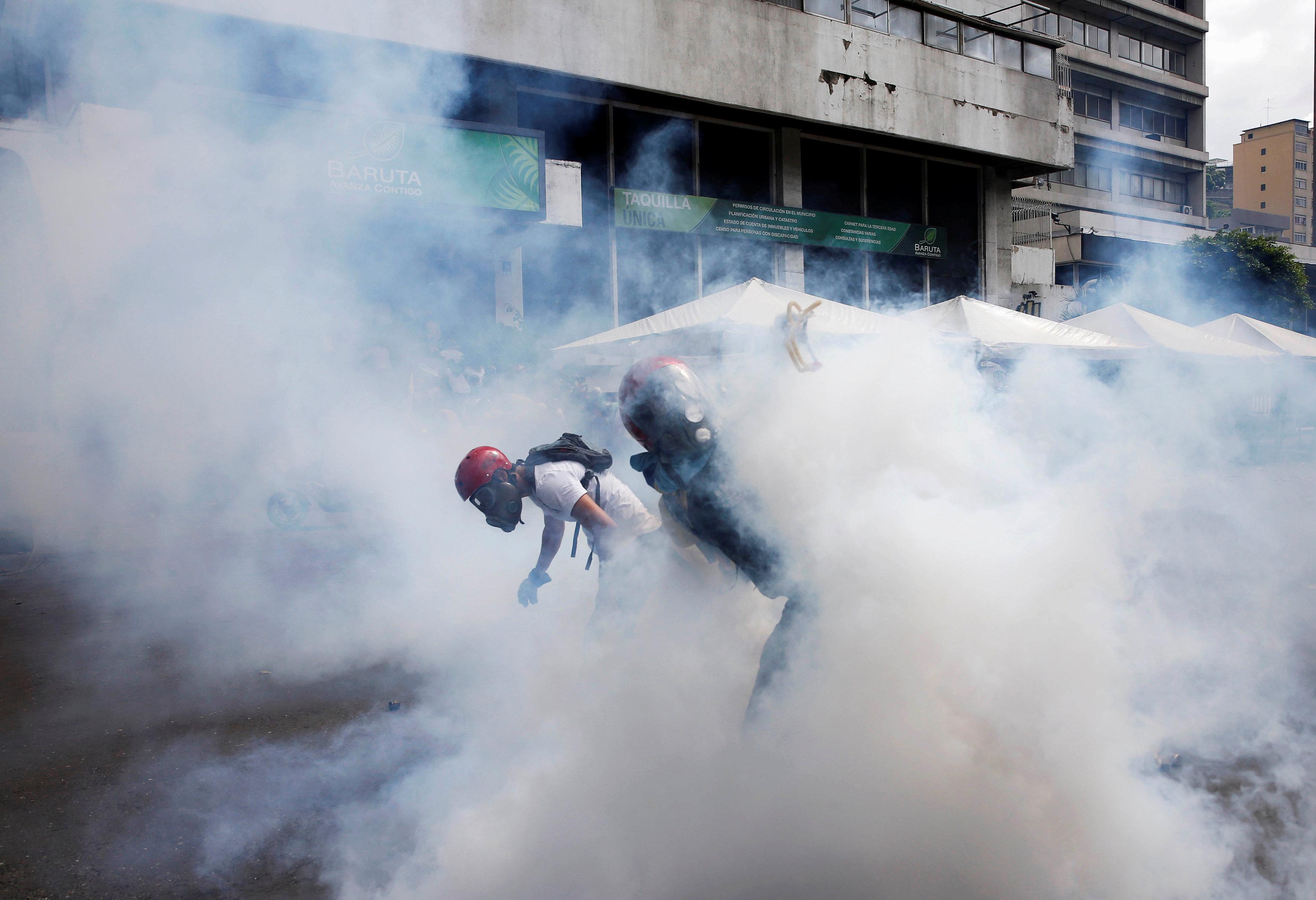 Demonstrators clash with riot security forces while rallying against Venezuela's President Nicolas Maduro in Caracas, Venezuela, June 10, 2017. REUTERS/Ivan Alvarado