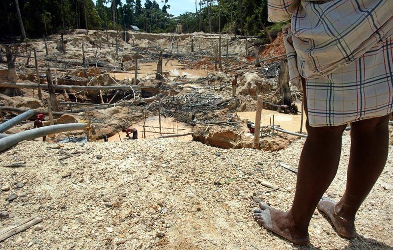 Una vista de la mina de oro Las Cristinas cuya concesión pertenece a la minera canadiense Cristallex, en Venezuela. 29 de septiembre 2005. Un tribunal en Estados Unidos falló a favor de una petición de la minera canadiense Crystallex para avanzar en una disputa contra Venezuela, por la que busca recibir una indemnización por una expropiación de 2008.  REUTERS /Howard Yanes - RTR18J34