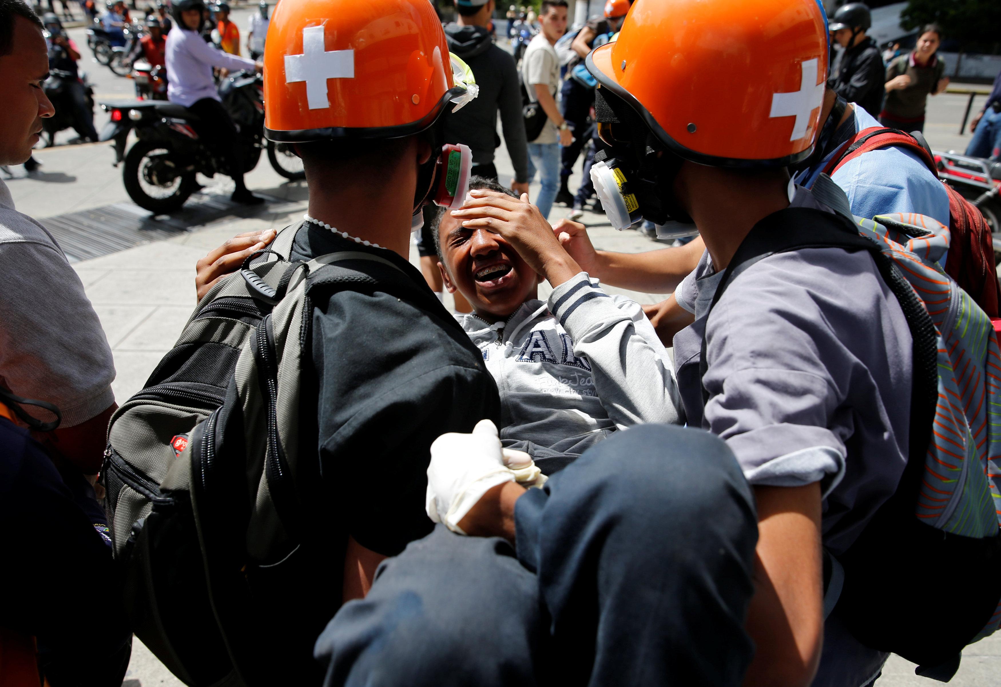 Voluntarios paramédicos atienden a uno de los heridos en la Plaza Francia de Altamira. REUTERS/Ivan Alvarado