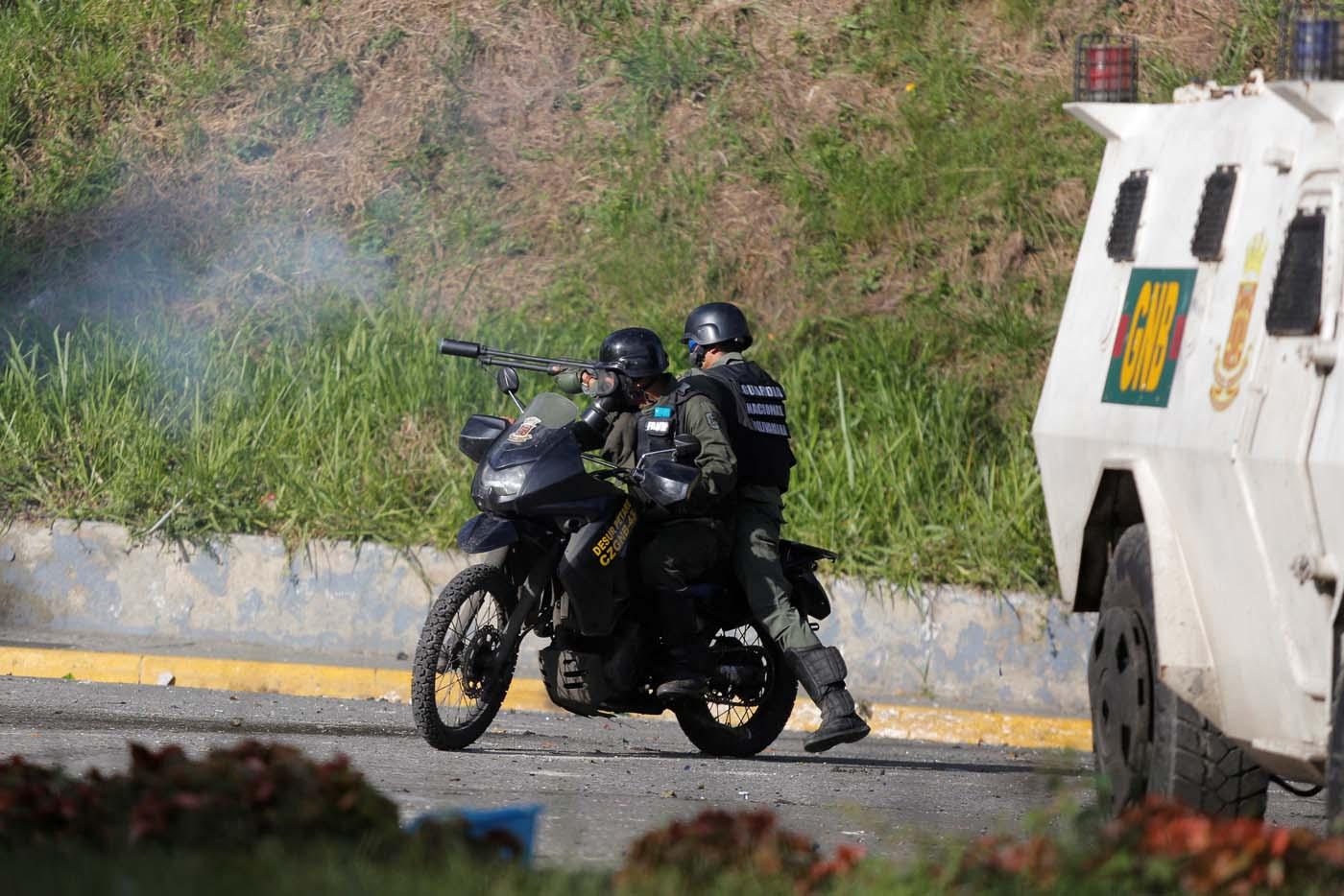 """Fuerzas de """"in-seguridad"""" disparan lacrimógenas en Caracas, Venezuela June 14, 2017. REUTERS/Ivan Alvarado"""
