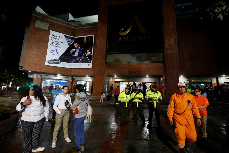Personas, policías y personal de rescate se encuentran fuera del centro comercial Andino después de que un artefacto explosivo detonó en un baño, en Bogotá, Colombia, el 17 de junio de 2017. REUTERS / Jaime Saldarriaga