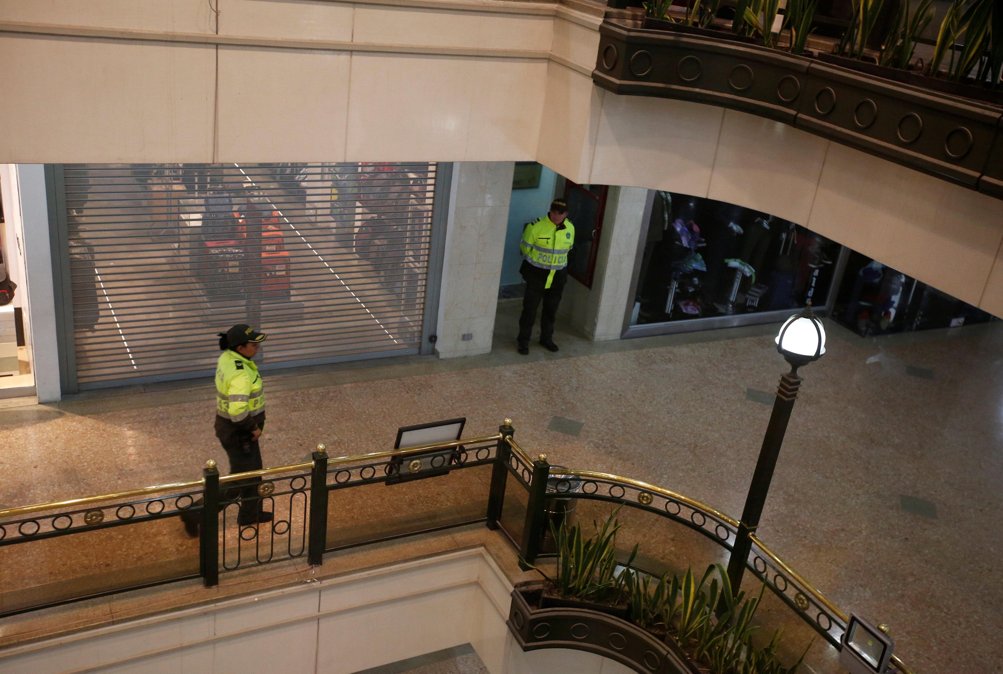 Agentes de policía son vistos dentro del centro comercial Andino después de que un artefacto explosivo detonó en un baño, en Bogotá, Colombia, 17 de junio de 2017. REUTERS / Jaime Saldarriaga