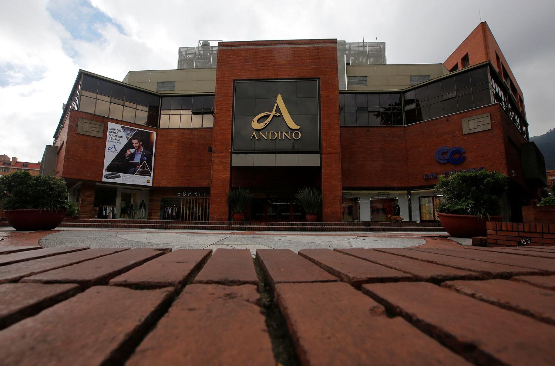 La entrada principal del centro comercial Andino se ve después de un explosivo detonado en un baño el sábado, en Bogotá, Colombia, el 18 de junio de 2017. REUTERS / Jaime Saldarriaga
