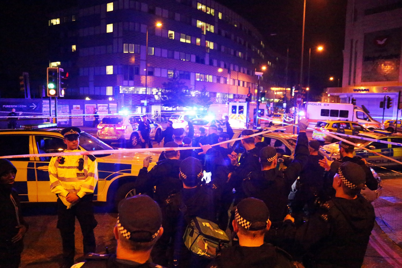 Los agentes de policía asisten a la escena después de que un vehículo colisionó con peatones en el barrio de Finsbury Park, en el norte de Londres, Gran Bretaña, el 19 de junio de 2017. REUTERS / James Cropper