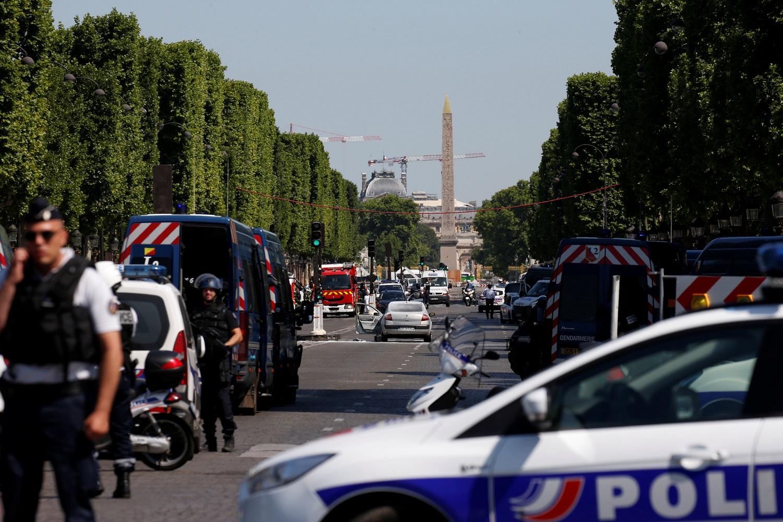 La policía francesa asegura el área en la avenida de los Campos Elíseos después de un incidente en París, Francia, el 19 de junio de 2017. REUTERS / Gonzalo Fuentes