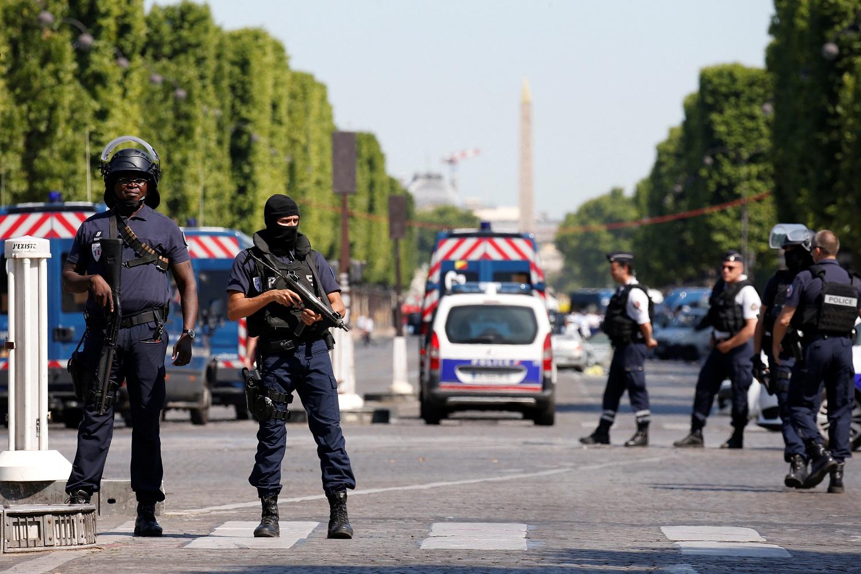 Policías franceses aseguran el área en la avenida de los Campos Elíseos después de un incidente en París, Francia, 19 de junio de 2017. REUTERS / Gonzalo Fuentes