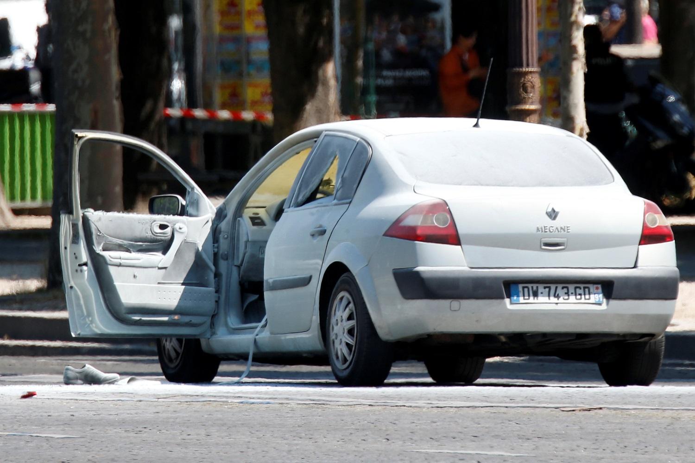 Un automóvil quemado se ve en la avenida de los Campos Elíseos después de un incidente en París, Francia, 19 de junio de 2017. REUTERS / Charles Platiau