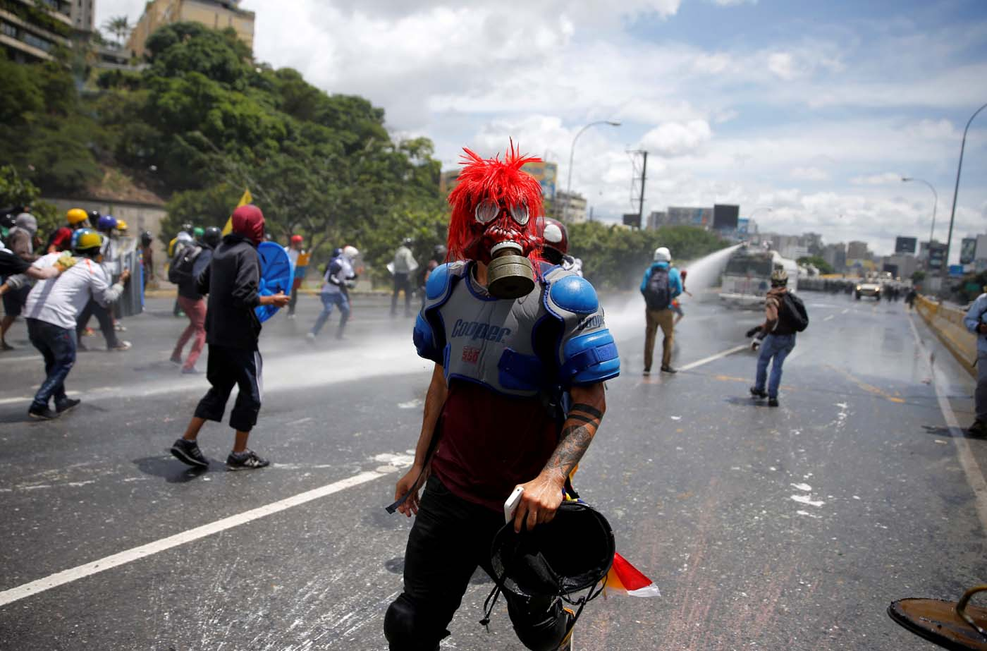 A demonstrator wearing a gas mask attends a rally against Venezuela's President Nicolas Maduro's government in Caracas, Venezuela, June 19, 2017. REUTERS/Ivan Alvarado