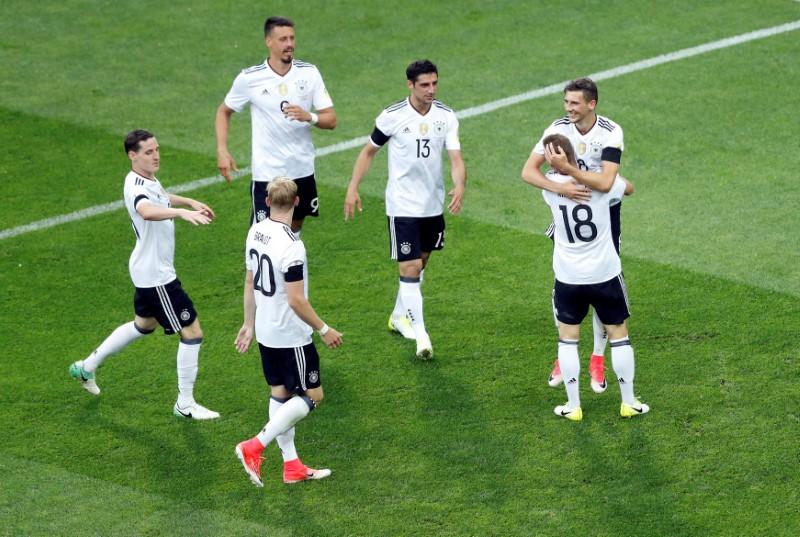 El jugador alemán León Goretzka celebra gol con Joshua Kimmich y sus compañeros, en Sochi, Rusia (Foto: Reuters)