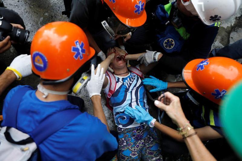 Un manifestante herido es asistido por voluntarios durante una protesta contra el Gobierno del presidente Nicolás Maduro en Caracas, Venezuela, 19 de junio de 2017.  REUTERS/Carlos Garcia Rawlins
