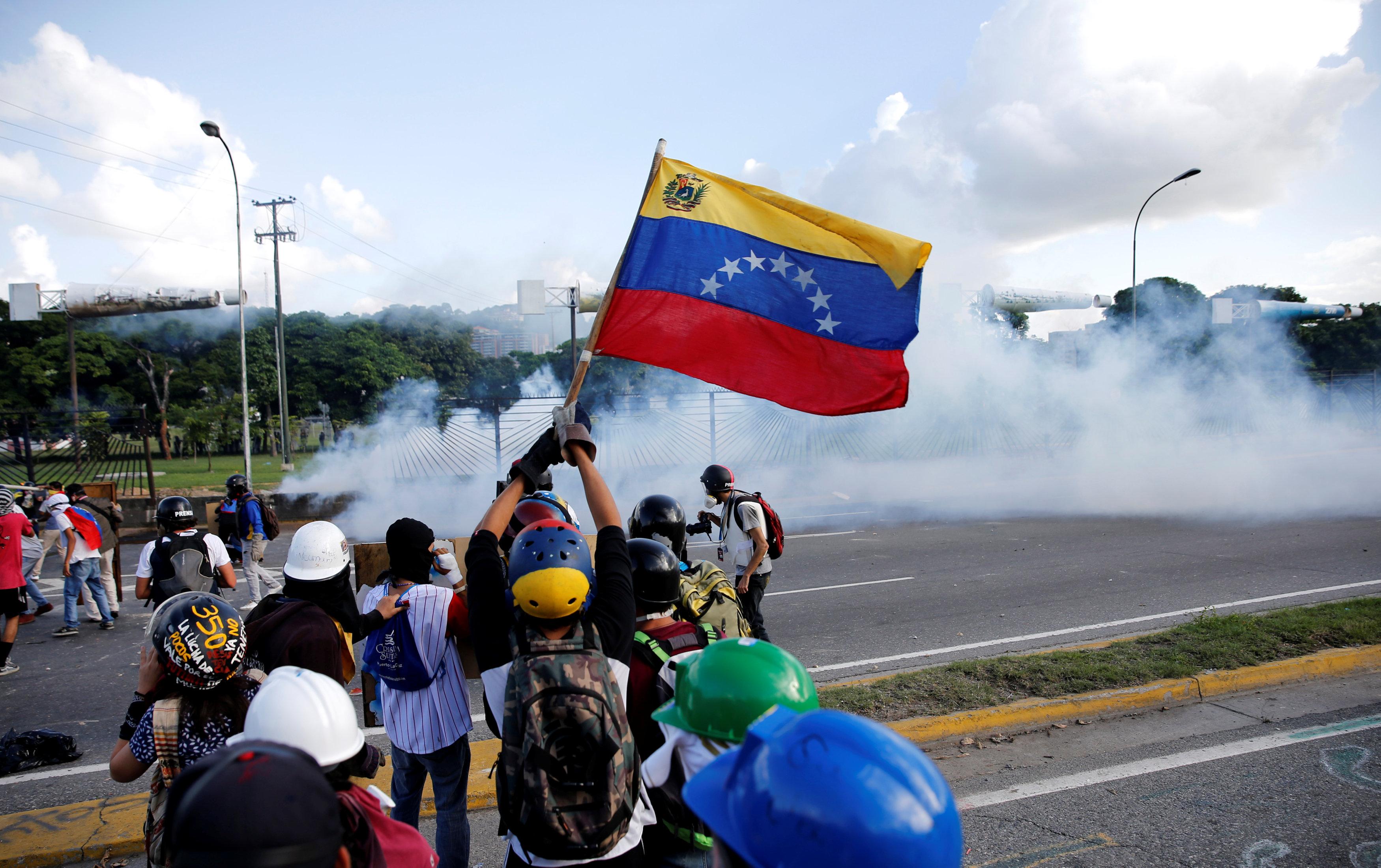 Un joven resultó muerto durante una manifestación frente a la Base Aérea de La Carlota. REUTERS/Ivan Alvarado TPX IMAGES OF THE DAY