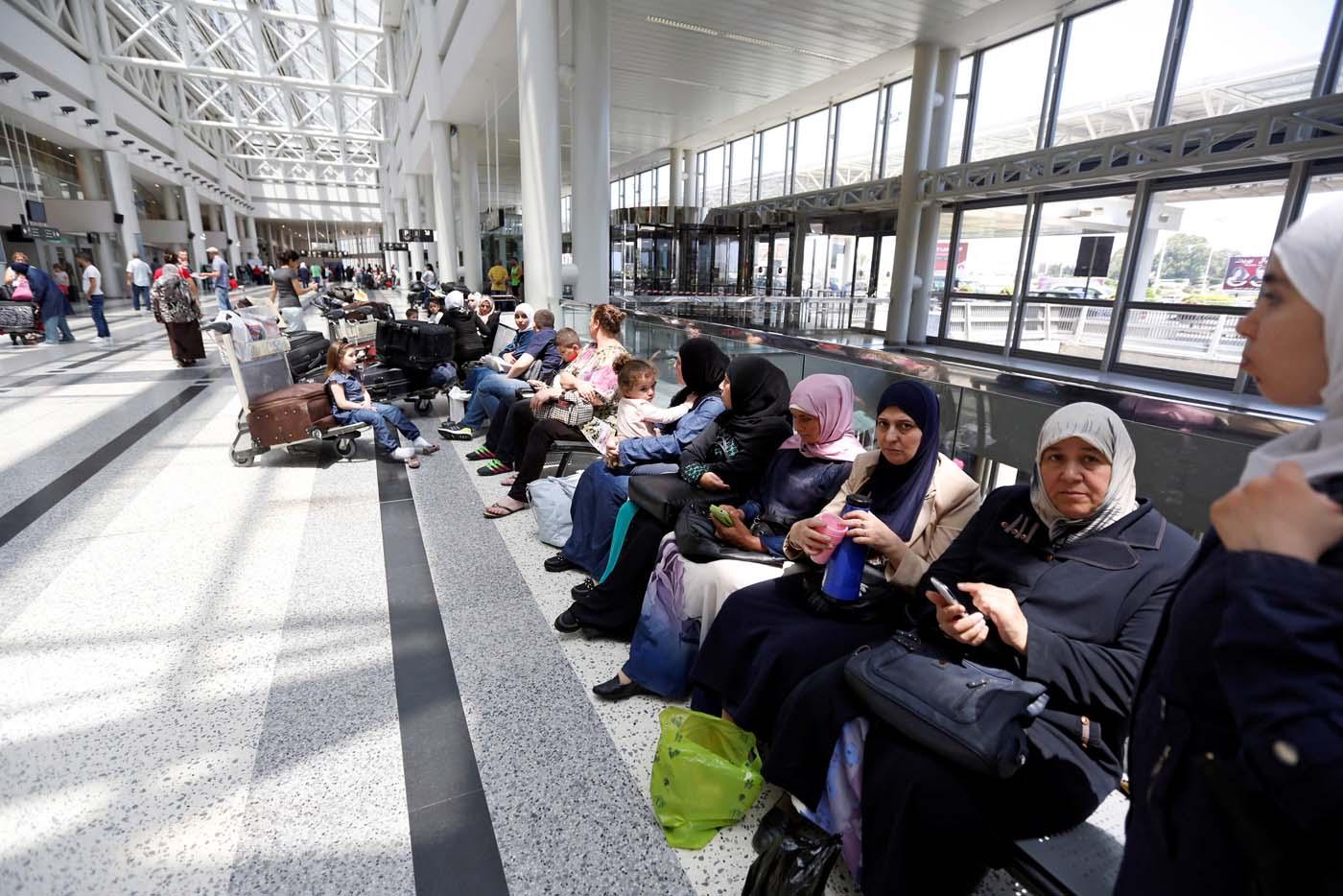 Pasajeros esperan abordar un vuelo hacia Estados Unidos desde el Líbano June 29, 2017. REUTERS/Jamal Saeidi