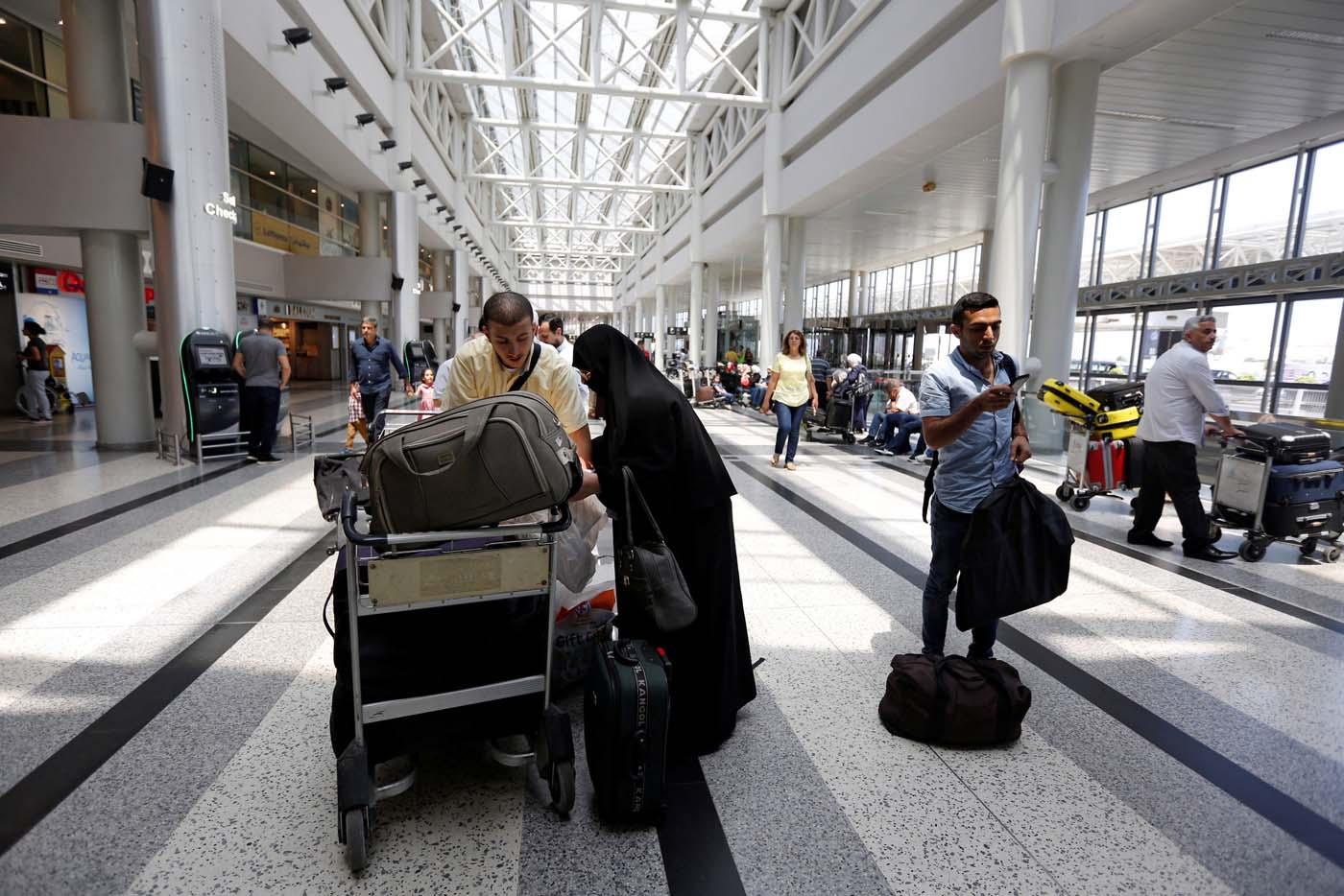 Pasajeros esperan abordar un vuelo hacia Estados Unidos desde el Líbano June 29, 2017. REUTERS/Jamal Saidi