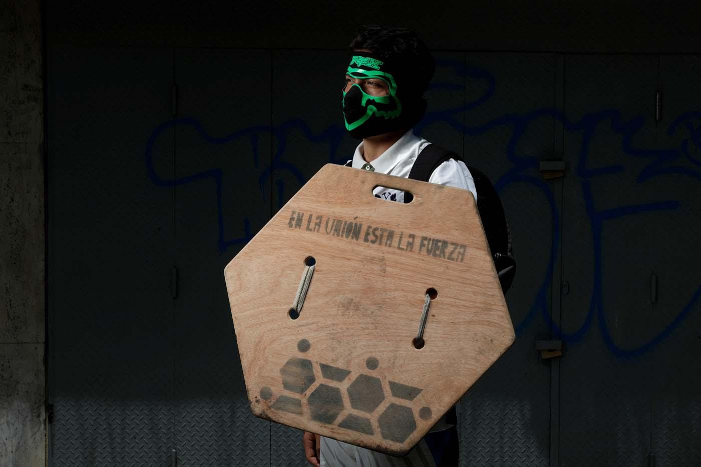 Los muchachos elaboran sus escudos con antenas parabólicas, tapas de alcantarillas, pedazos de barriles o cualquier trozo de metal o madera que tengan a la mano REUTERS/Carlos Garcia Rawlins