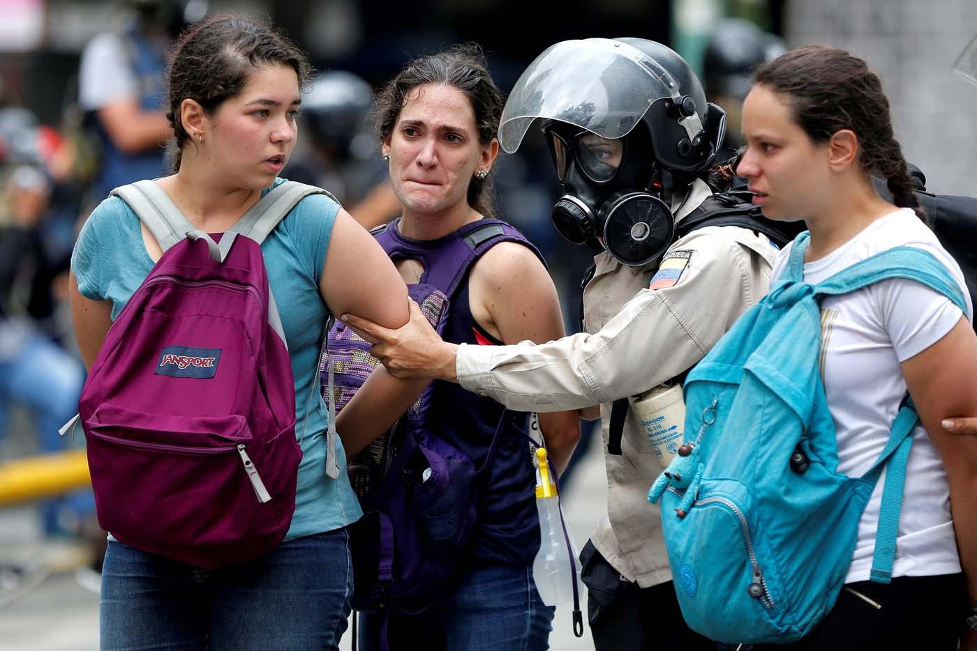 La policía detiene a estudiantes que manifestaban enCaracas, Venezuela June 29, 2017. REUTERS/Ivan Alvarado