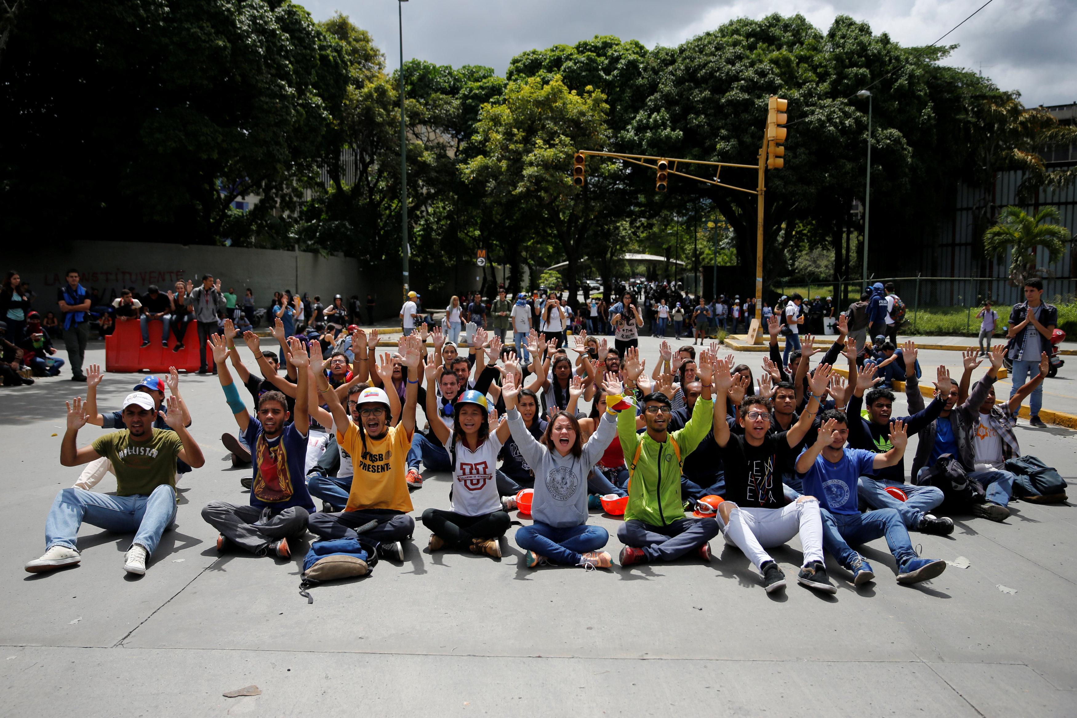 Opposition supporters block a street during a rally against Venezuela's President Nicolas Maduro's Government in Caracas, Venezuela, June 30, 2017. REUTERS/Ivan Alvarado