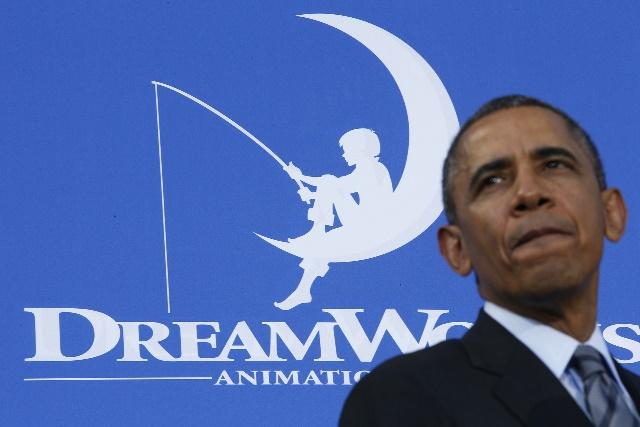 La idea del logo de DreamWorks Pictures pertenece a Steven Spielberg, que imaginó a un hombre pescando sentado en la luna. El artista Robert Hunt, que fue invitado a dar vida a la concepción de Spielberg, dibujó en vez de un hombre a un niño a imagen y semejanza de su hijo, William.