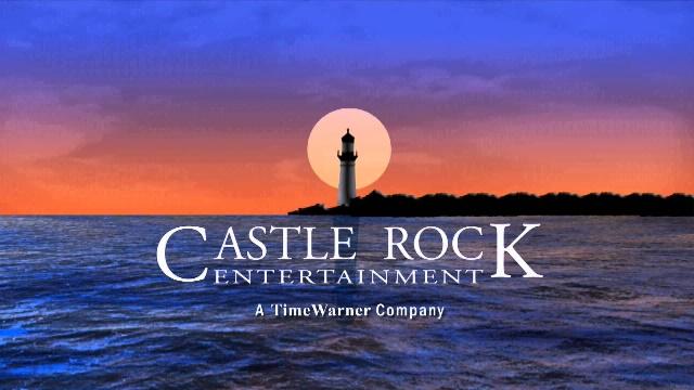 La empresa Castle Rock marcó su comienzo con el rodaje de películas basadas en las novelas de Stephen King, y precisamente de ellas proviene el nombre y el logo de la compañía: Castle Rock es una ciudad ficticia donde tienen lugar varias de las historias del afamado autor de libros de misterio.