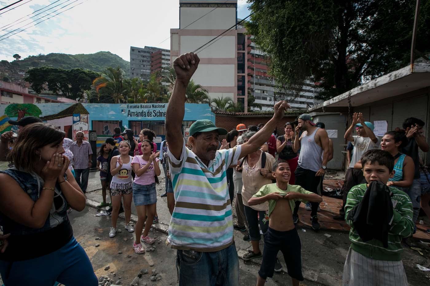 CAR10 - CARACAS (VENEZUELA), 02/06/2017 - Un grupo de personas participa en una manifestación hoy, viernes 02 de junio de 2017, en Caracas (Venezuela). Los habitantes del populoso barrio de La Vega, ubicado en el oeste de Caracas, madrugaron hoy para protestar por la escasez de alimentos, mientras que las calles aledañas al canal estatal VTV en el este de la ciudad fueron cerradas por organismos de seguridad para evitar la llegada de manifestantes. EFE/MIGUEL GUTIÉRREZ