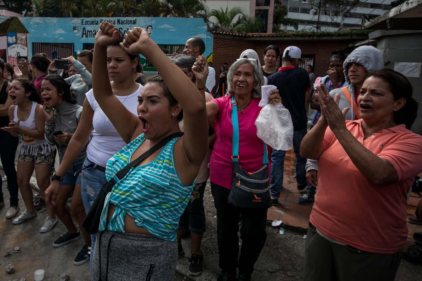 CAR12 - CARACAS (VENEZUELA), 02/06/2017 - Un grupo de personas participa en una manifestación hoy, viernes 02 de junio de 2017, en Caracas (Venezuela). Los habitantes del populoso barrio de La Vega, ubicado en el oeste de Caracas, madrugaron hoy para protestar por la escasez de alimentos, mientras que las calles aledañas al canal estatal VTV en el este de la ciudad fueron cerradas por organismos de seguridad para evitar la llegada de manifestantes. EFE/MIGUEL GUTIÉRREZ
