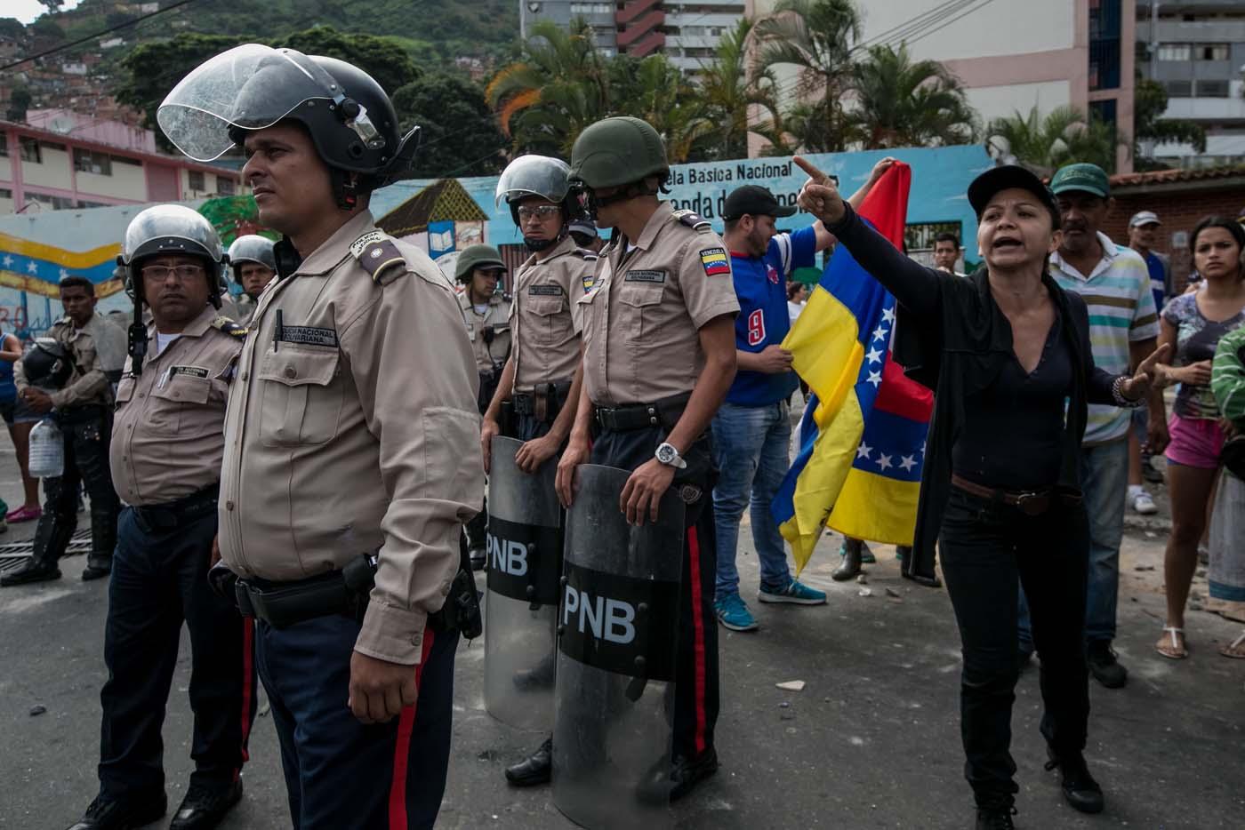 CAR13 - CARACAS (VENEZUELA), 02/06/2017 - Un grupo de personas participa en una manifestación junto a autoridades hoy, viernes 02 de junio de 2017, en Caracas (Venezuela). Los habitantes del populoso barrio de La Vega, ubicado en el oeste de Caracas, madrugaron hoy para protestar por la escasez de alimentos, mientras que las calles aledañas al canal estatal VTV en el este de la ciudad fueron cerradas por organismos de seguridad para evitar la llegada de manifestantes. EFE/MIGUEL GUTIÉRREZ