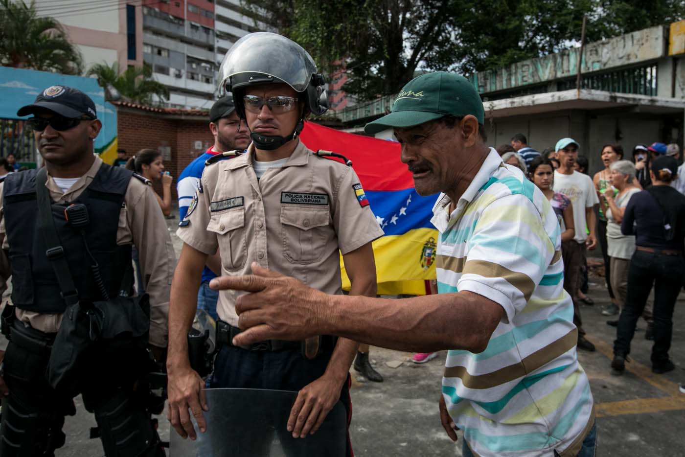 CAR14 - CARACAS (VENEZUELA), 02/06/2017 - Un grupo de personas participa en una manifestación junto a autoridades hoy, viernes 02 de junio de 2017, en Caracas (Venezuela). Los habitantes del populoso barrio de La Vega, ubicado en el oeste de Caracas, madrugaron hoy para protestar por la escasez de alimentos, mientras que las calles aledañas al canal estatal VTV en el este de la ciudad fueron cerradas por organismos de seguridad para evitar la llegada de manifestantes. EFE/MIGUEL GUTIÉRREZ