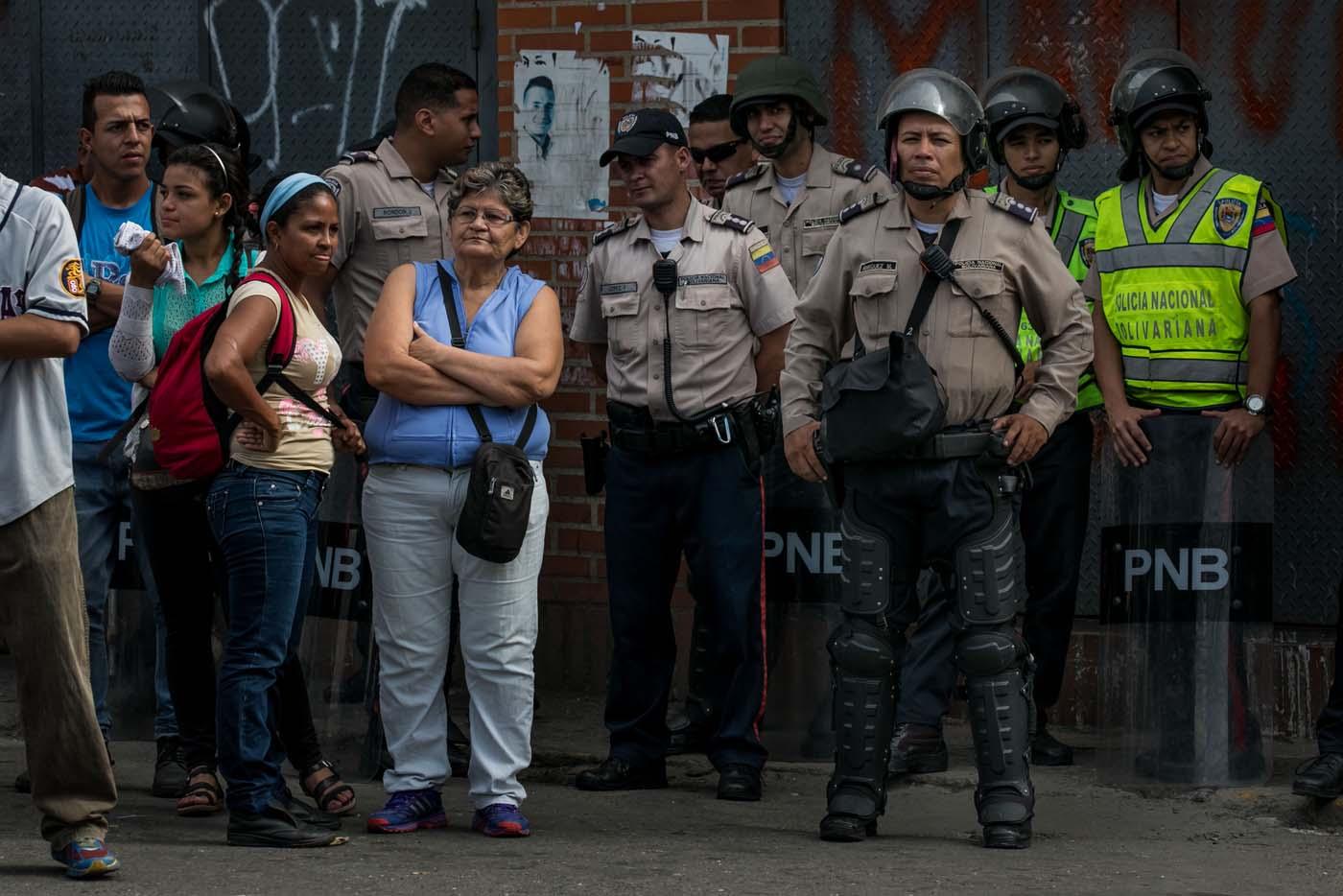 CAR15 - CARACAS (VENEZUELA), 02/06/2017 - Un grupo de personas participa en una manifestación junto a autoridades hoy, viernes 02 de junio de 2017, en Caracas (Venezuela). Los habitantes del populoso barrio de La Vega, ubicado en el oeste de Caracas, madrugaron hoy para protestar por la escasez de alimentos, mientras que las calles aledañas al canal estatal VTV en el este de la ciudad fueron cerradas por organismos de seguridad para evitar la llegada de manifestantes. EFE/MIGUEL GUTIÉRREZ