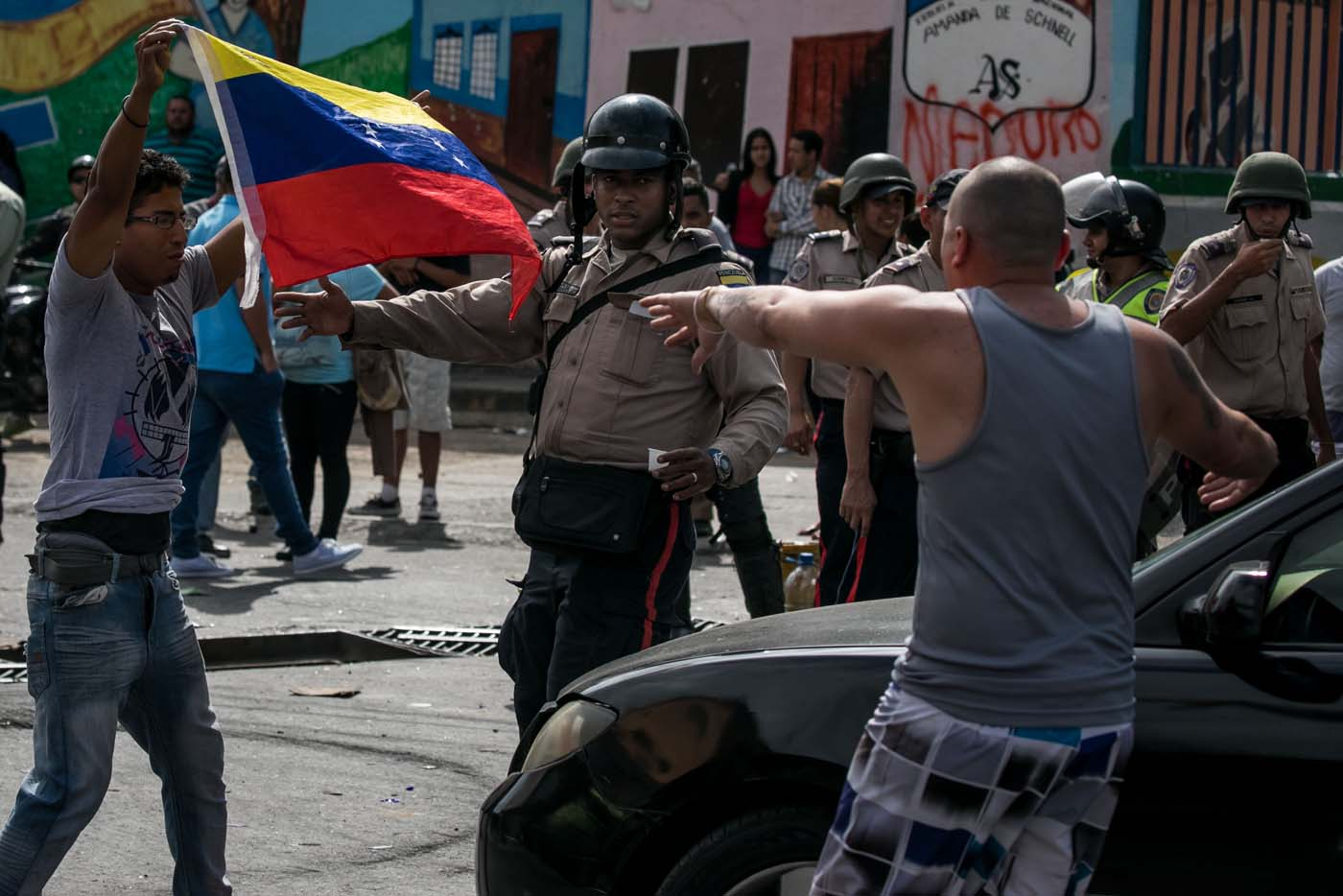 CAR16 - CARACAS (VENEZUELA), 02/06/2017 - Un grupo de personas participa en una manifestación junto a autoridades hoy, viernes 02 de junio de 2017, en Caracas (Venezuela). Los habitantes del populoso barrio de La Vega, ubicado en el oeste de Caracas, madrugaron hoy para protestar por la escasez de alimentos, mientras que las calles aledañas al canal estatal VTV en el este de la ciudad fueron cerradas por organismos de seguridad para evitar la llegada de manifestantes. EFE/MIGUEL GUTIÉRREZ