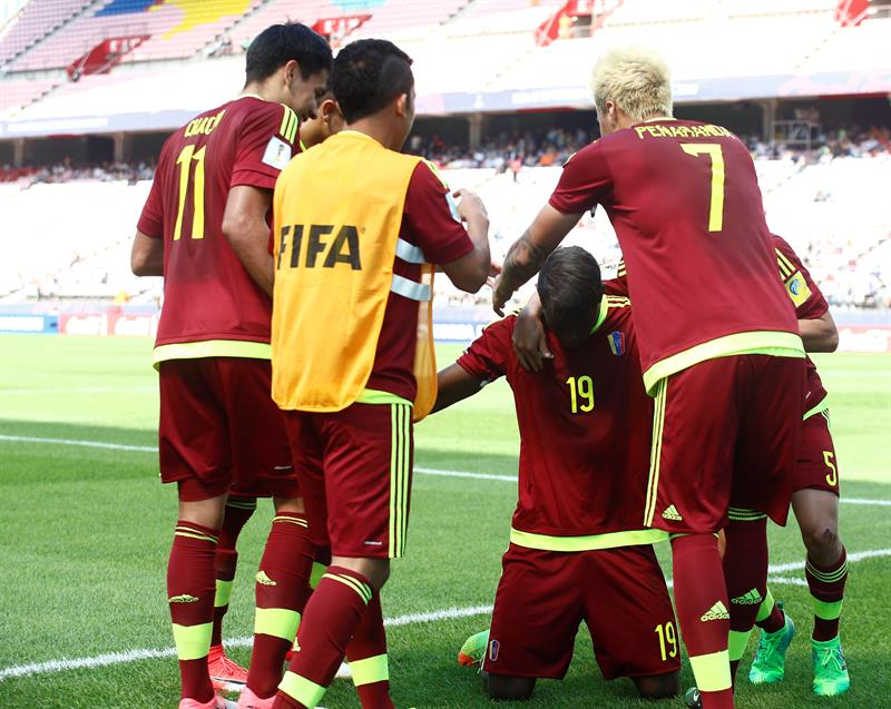 Sergio Cordova of Venezuela celebrates with his teammates after scoring during the quarterfinals match of the FIFA U-20 World Cup 2017 between the USA and Venezuela, in Jeonju World Cup Stadium, South Korea, 04 June 2017. (Córdoba, Mundial de Fútbol, Corea del Sur, Estados Unidos) EFE/EPA/KIM HEE-CHUL