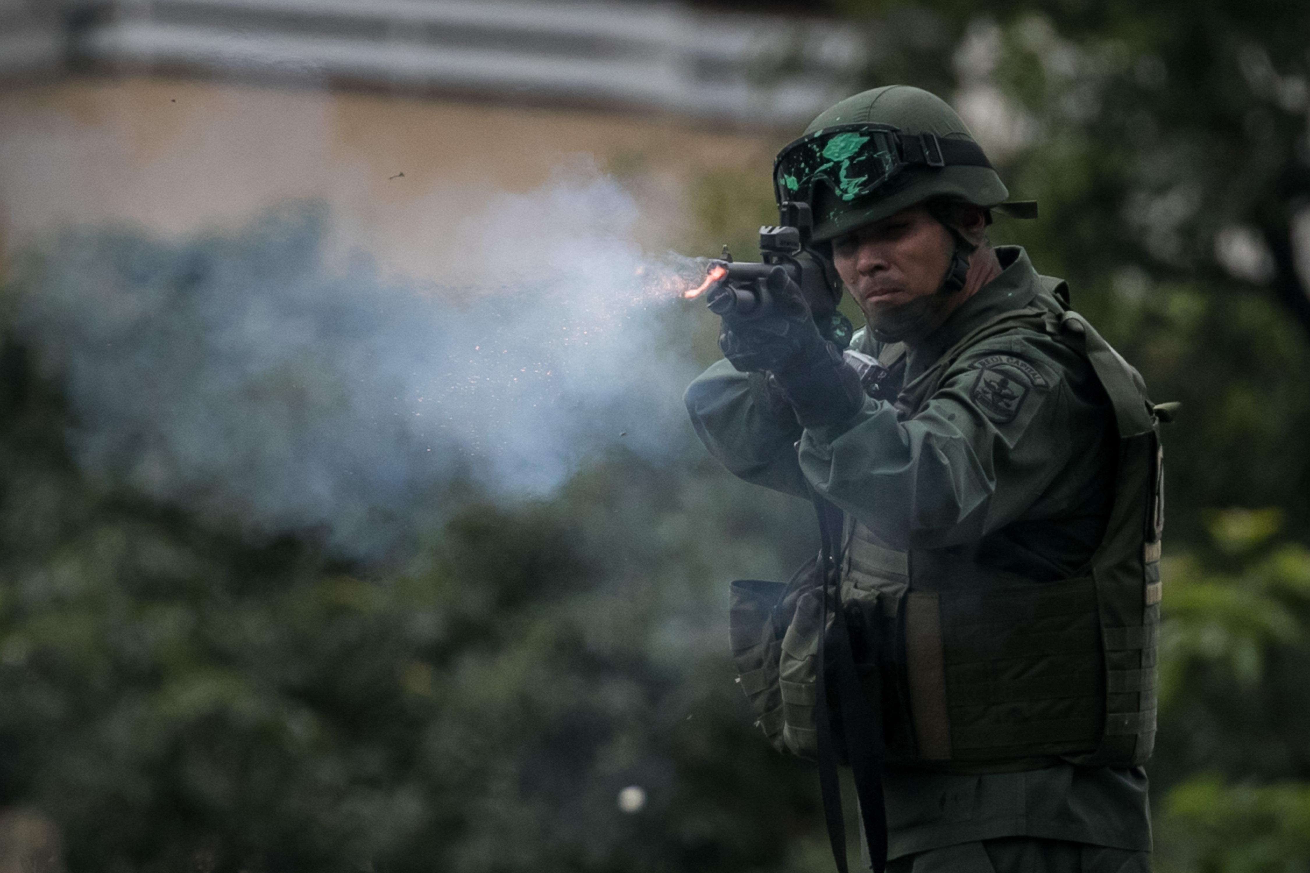 CAR011 CARACAS (VENEZUELA), 07/06/2017.- Efectivos de la Policía Nacional Bolivariana (PNB) se enfrentan a manifestantes opositores hoy, miércoles 7 de junio de 2017, en Caracas (Venezuela). Agentes de la fuerza pública venezolana dispersaron hoy con gases lacrimógenos varias de las manifestaciones convocadas en el país por la oposición hacia las sedes del Poder Electoral para protestar por el eventual cambio de Constitución que impulsa el Gobierno. EFE/MIGUEL GUTIÉRREZ