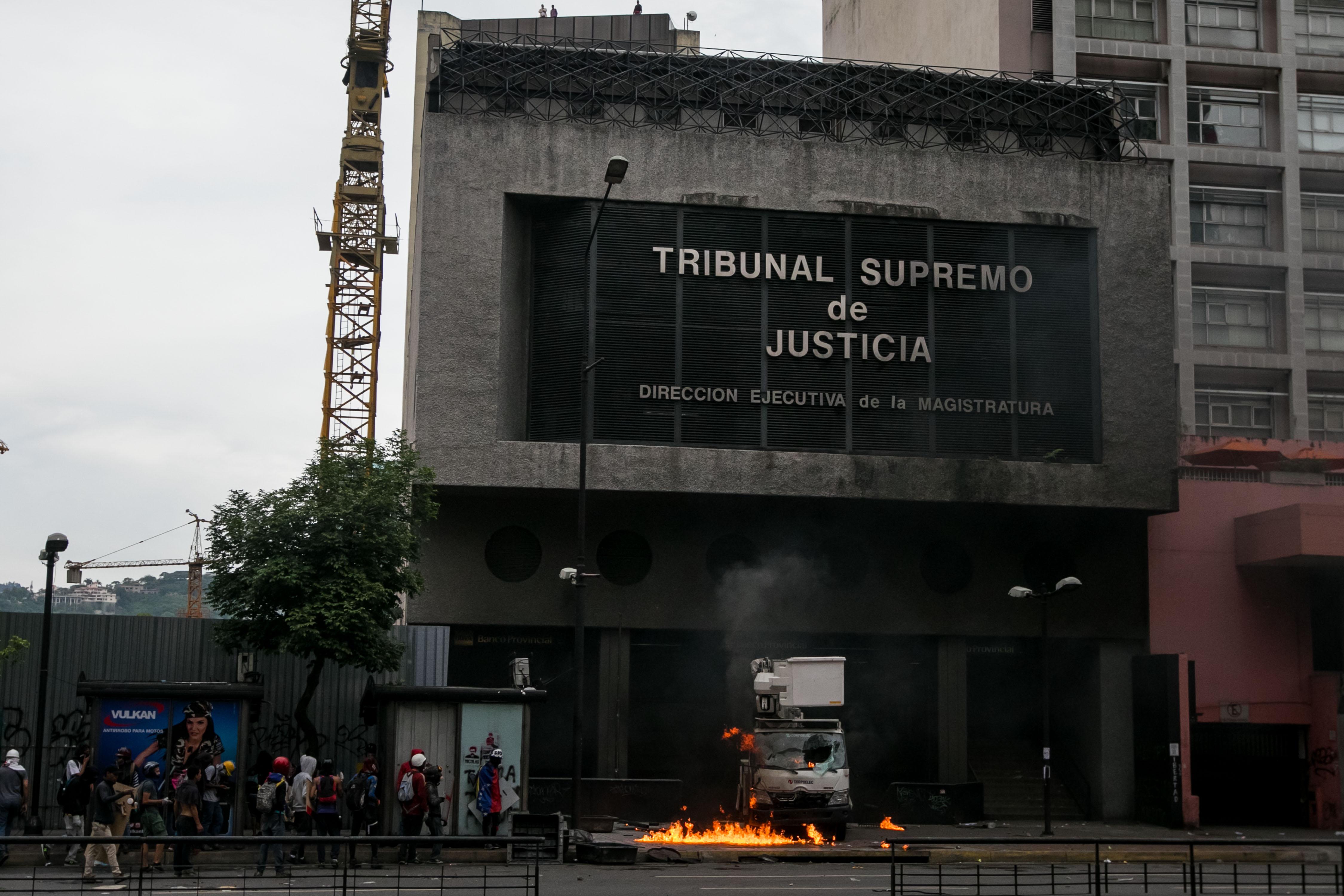 CAR031 CARACAS (VENEZUELA), 07/06/2017.- Vista de un camión quemado durante una manifestación hoy, miércoles 7 de junio de 2017, en Caracas (Venezuela). Agentes de la fuerza pública venezolana dispersaron hoy con gases lacrimógenos varias de las manifestaciones convocadas en el país por la oposición hacia las sedes del Poder Electoral para protestar por el eventual cambio de Constitución que impulsa el Gobierno. EFE/MIGUEL GUTIÉRREZ