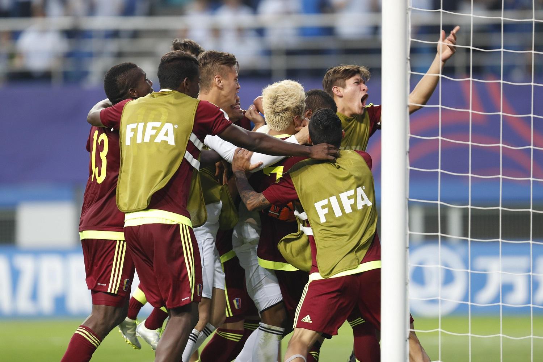 JHK09 DAEJEON (COREA DEL SUR) 08/06/2017.- Los jugadores venezolanos celebran su victoria en la semifinal del Mundial sub'20 disputada entre Uruguay y Venezuela en el Daejeon World Cup Stadium de Daejeon (Corea del Sur), hoy, 8 de junio de 2017. EFE/Jeon Heon-Kyun