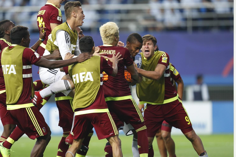 JHK012 DAEJEON (COREA DEL SUR) 08/06/2017.- Los jugadores venezolanos celebran su victoria en la semifinal del Mundial sub'20 disputada entre Uruguay y Venezuela en el Daejeon World Cup Stadium de Daejeon (Corea del Sur), hoy, 8 de junio de 2017. EFE/Jeon Heon-Kyun