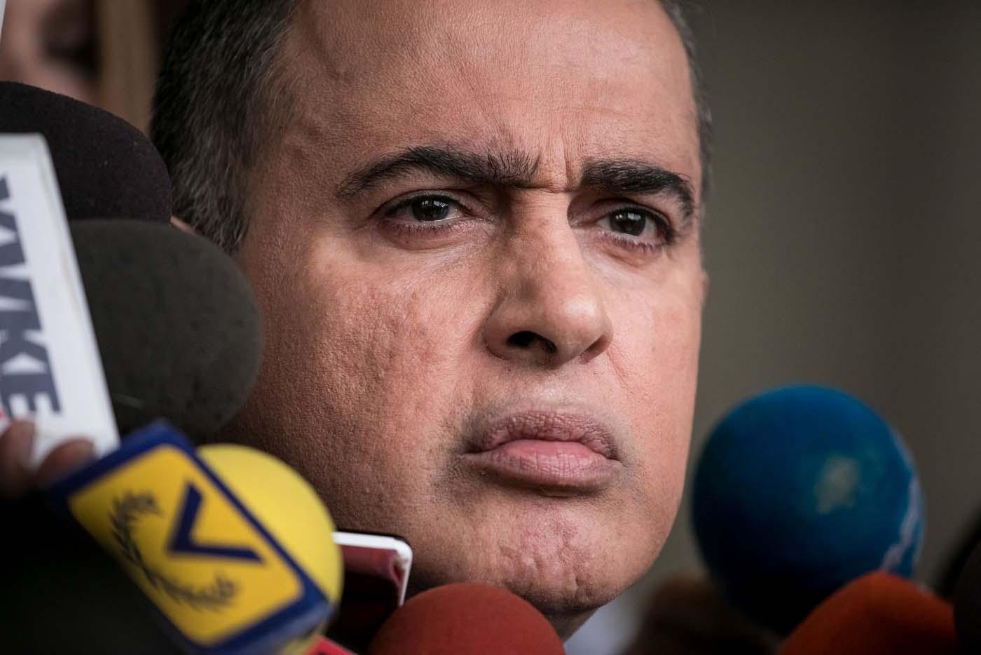 """CAR04. CARACAS (VENEZUELA), 13/06/2017.- El defensor del pueblo de Venezuela, Tarek William Saab, ofrece declaraciones a periodistas hoy, martes 13 de junio de 2017, en Caracas (Venezuela). Saab solicitó hoy al Tribunal Supremo de Justicia (TSJ) aclarar las competencias del organismo que él dirige para participar en las investigaciones que lleva a cabo la Fiscalía por casos de supuestas violaciones de derechos humanos. El defensor consideró que es una """"cualidad inherente"""" de la Defensoría del Pueblo """"investigar las violaciones de derechos humanos"""" y aseguró que ha habido """"una interpretación libre"""" de la Constitución por parte del Ministerio Público que, en ocasiones, ha impedido la participación de la institución en algunos casos. EFE/Miguel Gutiérrez"""