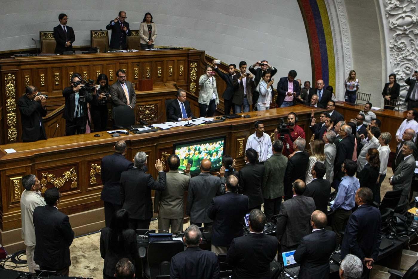 EFE/CRISTIAN HERNÁNDEZ[/caption]  &nbsp;  La Asamblea Nacional suspendió la sesión de este martes 20 de junio sobre la Complicidad y conspiración de la dictadura para acabar con la República.  En la propuesta de Orden del Día, los parlamentarios tratarían como único punto: Debate sobre la conspiración de altos funcionarios del régimen de Nicolás Maduro Moros para destruir la Constitución y la forma republicana de la Nación.   <blockquote class=