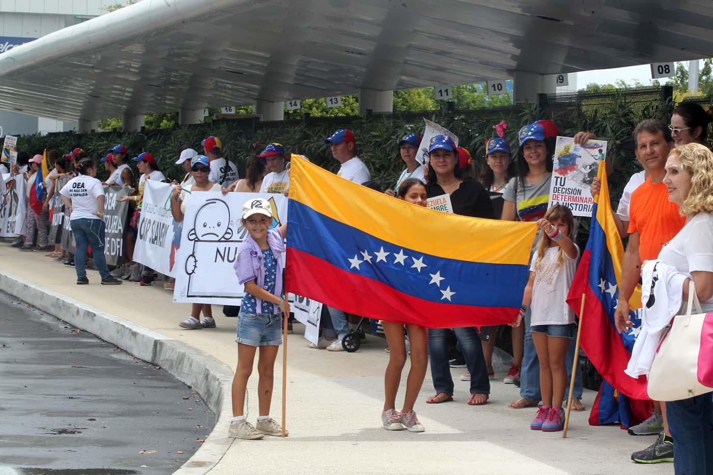 """MEX01. CANCÚN (MÉXICO), 18/06/2017.- Ciudadanos venezolanos se reúnen hoy, domingo 18 de junio de 2017, en torno al hotel sede de la reunión de Organización de Estados Americanos (OEA), que dará inicio este lunes en la ciudad de Cancún, en el estado de Quintana Roo (México). La Organización de Estados Americanos (OEA) buscará soluciones a la crisis de Venezuela mañana en una reunión de cancilleres previa a su 47 Asamblea General, que tendrá lugar hasta el 21 de junio en Cancún, en el Caribe mexicano. El tema oficial de la Asamblea es """"Fortaleciendo el diálogo y la concertación para la prosperidad"""", pero el asunto de fondo que definirá la cita será la posición de la región sobre la crisis política y social venezolana. EFE/ Alonso Cupul"""