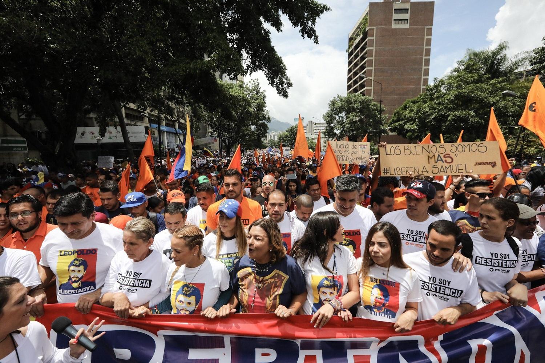 CAR05. CARACAS (VENEZUELA), 19/04/2017.- Lilian Tintori, esposa del líder opositor Leopoldo López, participa en una manifestación junto a cientos de venezolanos hoy, lunes 19 de junio de 2017, en Caracas (Venezuela). La oposición venezolana marcha hoy desde más de 30 puntos de Caracas hasta la sede del Consejo Nacional Electoral (CNE), en el centro de la ciudad, pese a varias restricciones en el transporte público y los puntos de control desplegados por las autoridades. EFE/Miguel Gutiérrez