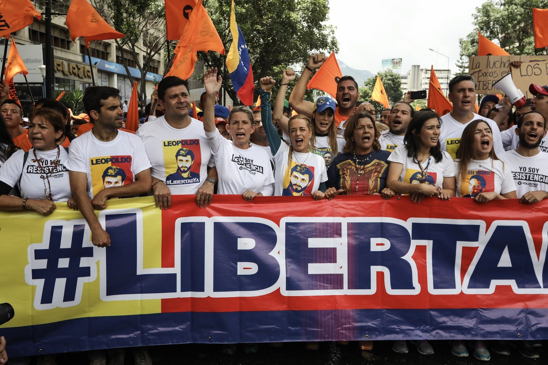 CAR05. CARACAS (VENEZUELA), 19/04/2017.- Lilian Tintori (c), esposa del líder opositor Leopoldo López, participa en una manifestación junto a cientos de venezolanos hoy, lunes 19 de junio de 2017, en Caracas (Venezuela). La oposición venezolana marcha hoy desde más de 30 puntos de Caracas hasta la sede del Consejo Nacional Electoral (CNE), en el centro de la ciudad, pese a varias restricciones en el transporte público y los puntos de control desplegados por las autoridades. EFE/Miguel Gutiérrez