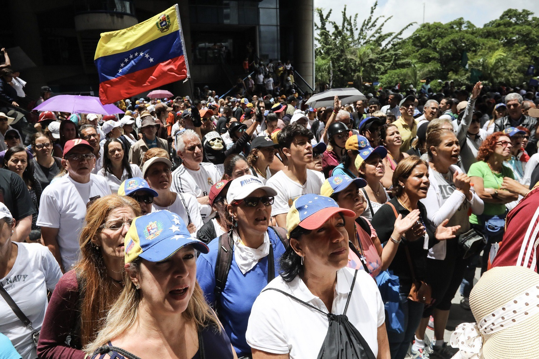 CAR05. CARACAS (VENEZUELA), 19/04/2017.- Cientos de venezolanos opositores participan en una manifestación hoy, lunes 19 de junio de 2017, en Caracas (Venezuela). La oposición venezolana marcha hoy desde más de 30 puntos de Caracas hasta la sede del Consejo Nacional Electoral (CNE), en el centro de la ciudad, pese a varias restricciones en el transporte público y los puntos de control desplegados por las autoridades. EFE/Miguel Gutiérrez