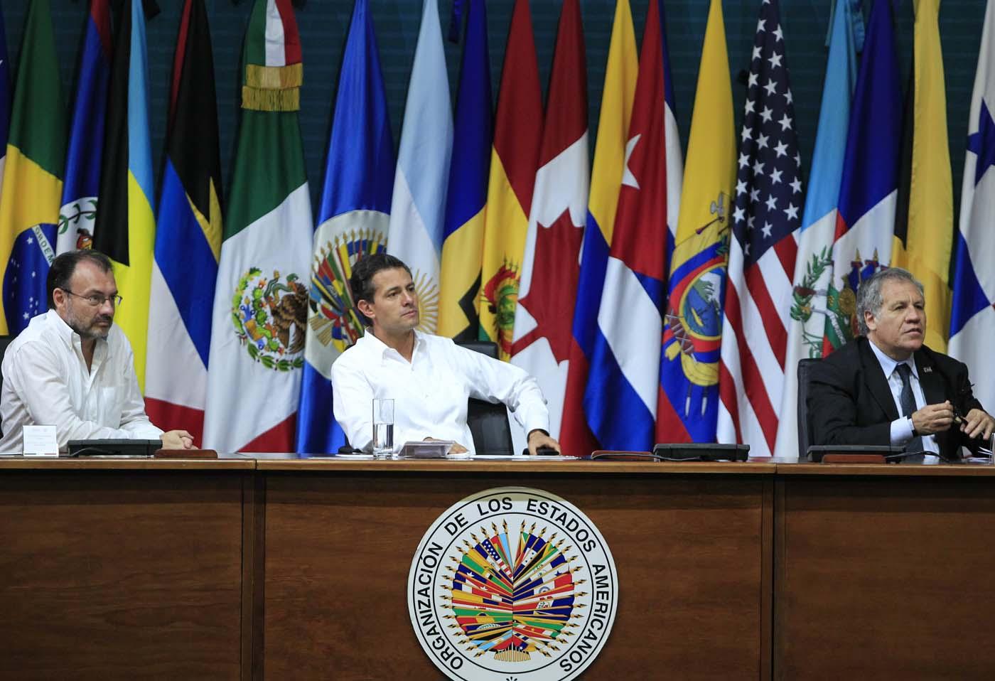 """MEX24 CANCÚN (MÉXICO), 19/06/2017.- El presidente de México, Enrique Peña Nieto (c); el secretario de Relaciones Exteriores de México, Luis Videgaray (i), y el secretario general de la OEA, Luis Almagro (d), participan hoy, lunes 19 de junio de 2017, en la inauguración de la 47 Asamblea General de la Organización de Estados Americanos (OEA), en Cancún, en el estado de Quintana Roo (México). El lema oficial de la Asamblea es """"Fortaleciendo el diálogo y la concertación para la prosperidad"""", y en la cita se celebrarán una serie de diálogos en los que se abordarán temas como la migración o los derechos de los pueblos indígenas. No obstante, el asunto de fondo, que definirá la cita y ha protagonizado la primera jornada, es la posición de la región en torno a Venezuela. EFE/Mario Guzmán"""