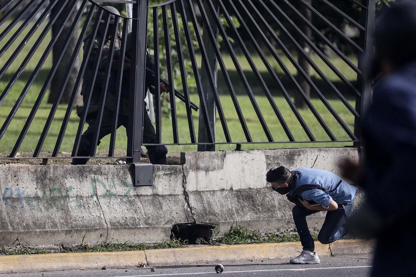 VEN02. CARACAS (VENEZUELA), 22/06/2017.- El joven David José Vallenilla (d), de 22 años, recibe un disparo de un miembro de la Guardia Nacional Bolivariana (GNB) hoy, jueves 22 de junio de 2017, en las inmediaciones de la bases aérea militar La Carlota, en Caracas (Venezuela). El Ministerio Público (MP) de Venezuela informó hoy del fallecimiento de Vallenilla, que recibió un disparo durante una manifestación opositora en Caracas. Con este deceso la Fiscalía cuenta 75 fallecidos según los datos corregidos y actualizados del organismo en sus informes sobre la oleada de protestas que inició el pasado 1 de abril en el país. EFE/Miguel Gutiérrez