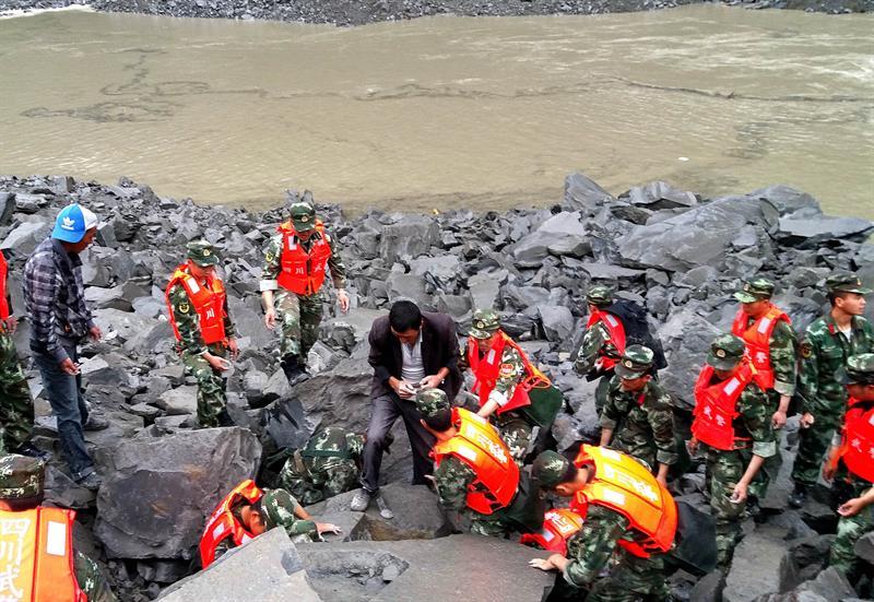 Los rescatistas trabajan en el sitio de un derrumbe masivo donde se calcula que más de 100 aldeanos fueron enterrados en el desastre matinal en el condado de Maoxian, en la provincia suroccidental china de Sichuan, el 24 de junio de 2017. EFE / EPA / ZHENG LEI CHINA OUT
