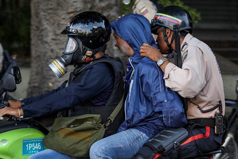 Reporteros gráficos denuncian que los cuerpos de seguridad están cubriendo los rostros de los manifestantes detenidos. Foto: EFE