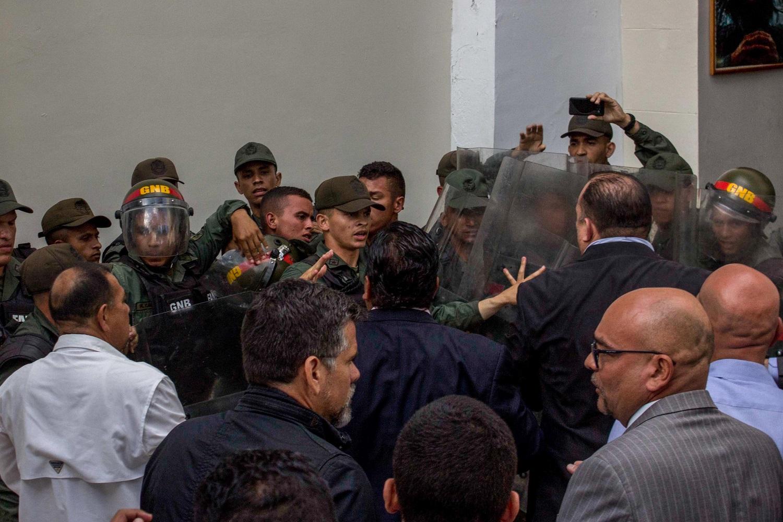 VEN09. CARACAS (VENEZUELA), 27/06/2017.- Miembros de la Guardia Nacional Bolivariana se enfrentan a diputados de la Asamblea Nacional en el patio del palacio legislativo, hoy, martes 27 de junio de 2017, en Caracas (Venezuela). El presidente del Parlamento venezolano, el opositor Julio Borges, aseguró hoy que grupos civiles armados atacaron la sede del Legislativo, luego de que se produjera un choque entre algunos diputados y miembros de la Guardia Nacional Bolivariana (GNB, policía militarizada) dentro de la institución. EFE/STR