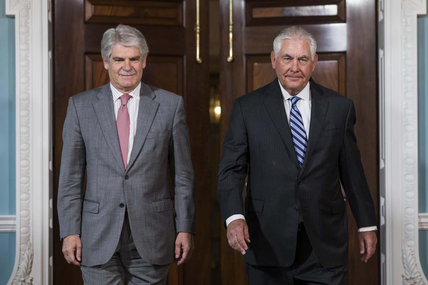 JJL01 WASHINGTON (ESTADOS UNIDOS), 29/06/2017.- El secretario de Estado estadounidense, Rex Tillerson (d), y el ministro español de Exteriores, Alfonso Dastis, durante su reunión en el Departamento de Estado en Washington, Estados Unidos, hoy, 29 de junio de 2017. EFE/JIM LO SCALZO