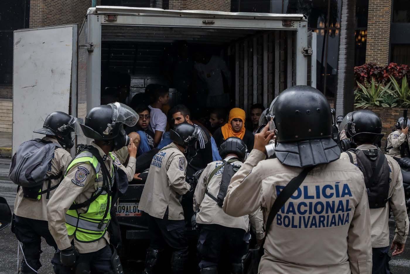 CAR124. CARACAS (VENEZUELA), 29/06/2017.- Agentes de la Policía Nacional Bolivariana detienen a manifestantes durante una marcha hacia la sede del Poder Electoral hoy, jueves 29 de junio de 2017, en Caracas (Venezuela). Diputados de la oposición venezolana denunciaron hoy que las fuerzas del orden reprimieron con perdigones y bombas lacrimógenas una marcha ciudadana a la sede del Poder Electoral para mostrar su rechazo al proceso constituyente activado por el Gobierno para elaborar una nueva Carta Magna. EFE/Miguel Gutiérrez